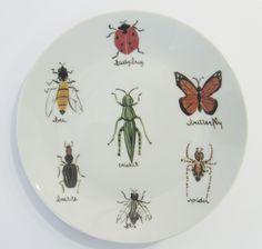 Prato redondo com o tema bugs! #porcelana #porcelanadecorada #porcelanapersonalizada #decoração #decor #pintadoamão #feitoamão #brasil #brazil #homedecor #porcelain #bugs #insetos #butterflyes #spiders #grilos #ouro #westwing  https://www.westwing.com.br/porcelana-patricia-virmond-pratos-bandejas-e-moringas/
