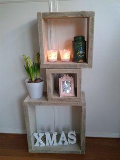 kubussen zelf gemaakt van oud steigerhout. staat erg leuk in de kamer. je kan ze neerzetten zoals je zelf wilt. Heb ze nu zelf aan de muur gehangen, ook leuk.