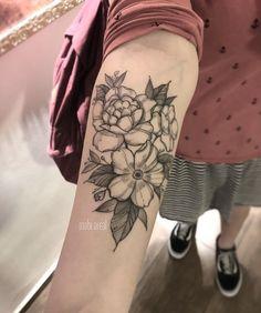 Tatuagem feita por Mabi Areal do Rio de Janeiro. Flores em blackwork.