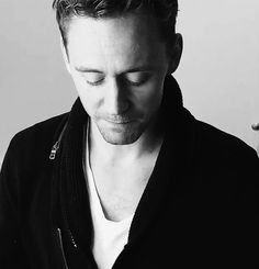 """Hey girl"" Tom Hiddleston, although usually with him it's ""hello, darling"" (gif) aaaaahhhhjkjjhsdvkjsdvkhjdfkv!"