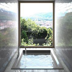 Rusticale wandtegels in een moderne badkamer