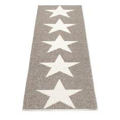 Viggo star -matto kauniilla värityksellä metallic mud/vanilla. Pappelinan kudottu muovimatto, joka sopii useimpiin huoneisiin, kuten keittiöön, eteiseen, olohuoneeseen tai ulkotiloihin. Saatavana useita kokoja.