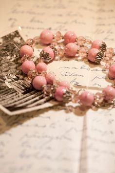 I love this vintage pink marble bead necklace! Beaded Rings, Beaded Jewelry, Jewelry Bracelets, Handmade Jewelry, Beaded Necklace, Jewelry Accessories, Jewelry Design, Do It Yourself Jewelry, Bijoux Diy
