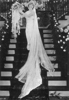 Alrededor de 1920: La actriz de cine canadiense-estadounidense Mary Pickford (1893 - 1979), radiante en un vestido de novia. Más de 100 años de días de bodas...