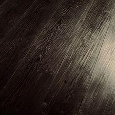 Pavimento in Legno Onda Nero in rovere piallato a mano, tinto, ceratura manuale
