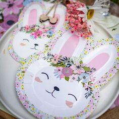 Grâce à ce Kit Fête Lapin Fleurs Pastels réalisez une déco de table tendance pour Pâques ou pour une fête thème Lapin dans une ambiance Bohème fleurie.