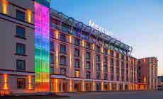 Voici la façade de l'hôtel Mercure de Riga (Lettonie). Cet immeuble Art Nouveau de 6 étages conçu en 1901 par larchitecte Konstantin Persens à été entièrement rénové récement. La façade à été équipée de projecteurs Led blanc chaud et la cage de verre à été entièrement équipée de modules de Led RVB donnant un résultat saisissant.