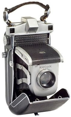 Camera Kodak Portátil. I found this exact one at a flea market for $5. I live when ppl don't know the value of a collectors item.