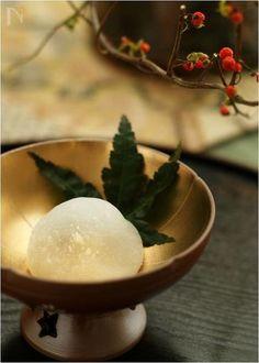 いちご大福のぶどうバージョンです。白花豆ベースの白餡とぶどうの取り合わせ、病みつきになるかもしれません。 Food Photography Styling, Food Styling, Japan Dessert, Japanese Sweets, Bakery, Ice Cream, Pudding, Treats, Breakfast