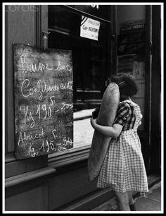 Baguette paris france vintage retro Là on a pour longtemps! Old Paris, Vintage Paris, Paris Bakery, Vintage Bakery, Girl Reading, Black And White Pictures, Baguette, Vintage Pictures, Vintage Photographs