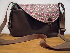 Sac imitation cuir marron et tissu imprimé kitsch avec fermoir cartable : Sacs bandoulière par mambo-kiwi