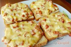 Zum Frühstück oder Abendessen geeignet: Toastbrot mit Schinken und Käse im Ba… Suitable for breakfast or dinner: Toast with ham and cheese baked in the oven. Pizza Snacks, Party Snacks, Czech Recipes, Ethnic Recipes, Toast Sandwich, Mini Sandwiches, Ham And Cheese, Baked Cheese, Sandwich Recipes