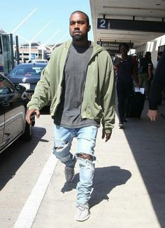 Kanye West in Trashed Jeans. As we are accustomed to see Kanye in his off-duty (and on-duty!) look of trashed jeans, he also did not disappoint this time. Kanye West Outfits, Kanye West Style, Best Of Kanye West, Kanye West Photo, Moda Streetwear, Streetwear Fashion, Yeezy Fashion, Mens Fashion, Street Fashion