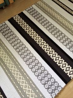 Woven Rug, Woven Fabric, Loom Weaving, Hand Weaving, Textile Tapestry, Skirt Mini, Textiles, Weaving Patterns, Yarn Projects