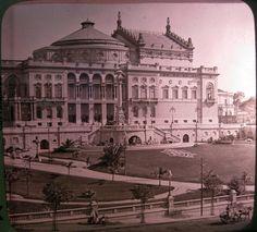 Rara fotografia do Theatro Municipal de São Paulo no início de 1912, menos de um anos após ser inaugurado. Detalhe para o jardim impecável à época e para a lira no gramado.
