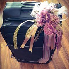 h5 bavul süsü Wedding Gift Wrapping, Wedding Gifts, Wedding Photo Booth, Wedding Photos, Trousseau Packing, Wedding Preparation, Diy Wedding Decorations, Creative Crafts, Flower Arrangements