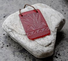 Glass harakeke (flax) etching necklace by Judy Newton Maori People, Maori Designs, Maori Art, Kiwiana, Lucky Charm, Basket Weaving, Glass Art, Coin Purse, Arts And Crafts
