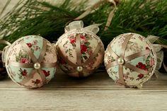 Questi pizzo Shabby chic e il tessuto che appendono gli ornamenti rende una splendida aggiunta a decorazione casa natale dellannata. Bagattelle decorato a mano guardare splendida appeso a qualsiasi albero di Natale e fanno i regali di Natale insoliti troppo. Per via Internet che ha bisogno di un tocco di eleganza oltre le feste natalizie, questo bespoke Bagattella set è una scelta perfetta. Il prezzo indicato è per tre bagattelle. Per uno stile vintage altre bagattelle di tessuto cliccate…