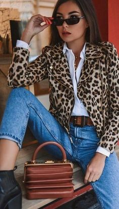 The leopard came back with everything and is dominating the looks! Here are several ideas on how to use animal print and where to find tips! Leopard Print Outfits, Leopard Print Jacket, Animal Print Outfits, Animal Print Fashion, Fashion Prints, Animal Print Pants, Date Outfits, Boho Outfits, Casual Outfits