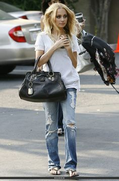 Nicole Richie - Loving the destroyed man jeans and the white basic top ! SarahJM