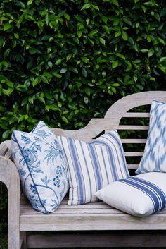 Create An Outdoor Garden Nook - Bench Seating - Beautiful House Lutyens Bench, Garden Nook, Garden Spaces, Blue Garden, Cushions, Pillows, Love Home, Plantation, Fabric Wallpaper