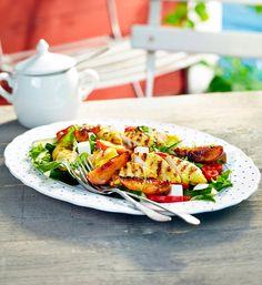 Grillattu broileri-persikkasalaatti | K-ruoka Grillattu broileri-persikkasalaatti sopii kesäiseksi ateriaksi tuoreen leivän kanssa tarjottuna. #grillaus