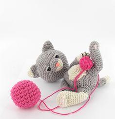 Um belo gatinho brincando com seu novelinho de lã. #amigurumi #croche #CoatsCorrente
