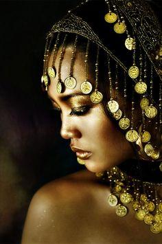 mujer luciendo una corona mora