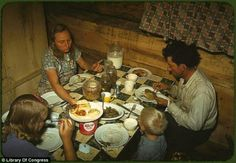 """""""The Faro Caudill [family] eating dinner in their dugout, Pie Town, New Mexico"""" Photographer: Russell Lee; Date: 1940 October; Location: Pie Town, New Mexico, USA Marie Curie, Old Recipes, Vintage Recipes, Vintage Food, Frugal Recipes, James Dean, Mahatma Gandhi, Rare Photos, Vintage Photos"""