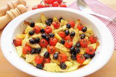 Le patate al forno con pomodorini e olive sono un contorno saporito ma molto semplice da realizzare. Ecco la ricetta