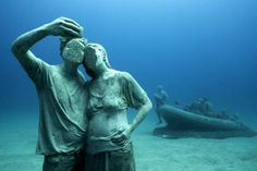 Europe's first underwater museum has just opened in the Spanish Canary Islands, off the coast of Lanzarote. The Museo Atlántico was created by British eco-sculptor Jason deCaires Taylor and consists of life-sized sculptures made of. Under The Water, Under The Sea, Underwater Sculpture, Underwater Art, Sculpture Art, Sculpture Museum, Jason Decaires Taylor, Hidden Beach, Foto Art