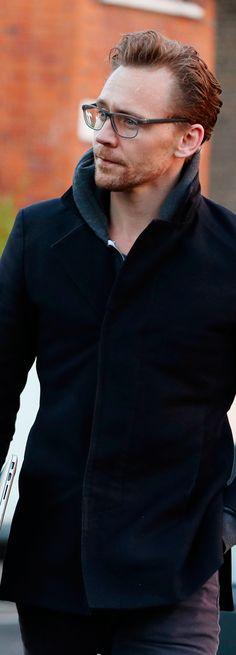 Tom Hiddleston spotted in London on November 30, 2016. Full size image: http://ww4.sinaimg.cn/large/6e14d388gw1faakfqlrhsj22de3k44ox.jpg