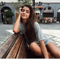 Poses for girls who do not want to leave very feminine in the photos Poses For Pictures, Picture Poses, Photo Poses, Insta Pictures, Poses Pour Photoshoot, Tumblr Photoshoot, Shotting Photo, Foto Portrait, Foto Casual
