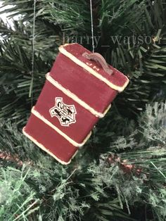 Mini Hogwarts Trunk Ornament - Perfect craft idea for Harry Potter fans! Harry Potter Christmas Decorations, Harry Potter Christmas Tree, Hogwarts Christmas, Diy Christmas Tree, Xmas Tree, Handmade Christmas, Décoration Harry Potter, Harry Potter Thema, Harry Potter Birthday
