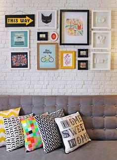 Composição de quadros + almofadas coloridas