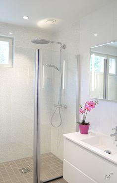 Scandinavian bathroom with white and pearl shimmer tiles. Interior design by Marika Ritala-Mäkinen (Finland, Tampere).  #scandinavian # bathroom #glasswalls #white #mosaic #whitetiles #greytiles #greyfloor #harmaa #lattia #vaalea #pesuhuone #kylpyhuone