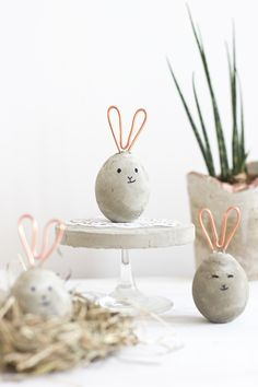 Making modern decorations for the apartment - concrete meets copper .- Moderne Deko für die Wohnung machen – Beton trifft auf Kupfer Modern Easter eggs in the form of rabbits made of concrete and copper wire - Hoppy Easter, Easter Bunny, Easter Eggs, Easter Table, Spring Decoration, Diy Easter Decorations, Decoration Crafts, Diy Osterschmuck, Easy Diy