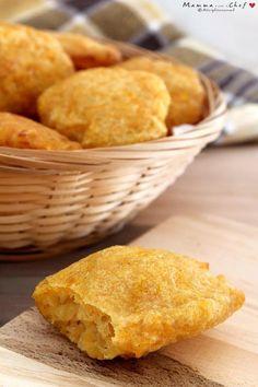 Le frittelle di zucca sono un delizioso e veloce finger food. Con pochi ingredienti e in pochissimo tempo, avrete un antipasto sfizioso che piace a tutti!