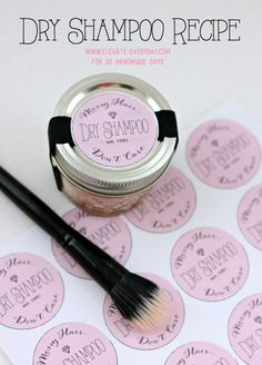 DIY Dry Shampoo - - DIY Dry Shampoo - make your own dry shampoo with just 2 ingredients! Diy Dry Shampoo, Batiste Dry Shampoo, Homemade Shampoo, Natural Cleaning Recipes, Natural Cleaning Products, Beauty Secrets, Beauty Hacks, Beauty Ideas, Limpieza Natural