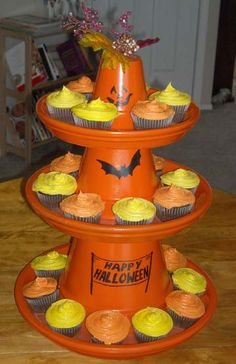 This Halloween cupcake stand is a festive way to display your cupcakes. How to make a festive cupcake stand from terracotta pots for your Halloween parties. Image Halloween, Halloween Clay, Fete Halloween, Halloween Festival, Halloween Cupcakes, Holidays Halloween, Halloween Treats, Halloween Decorations, Clay Pot Projects