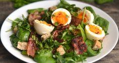 Sült baconos, tojásos saláta recept: Egészséges, és laktató salátaötlet ebédre vagy vacsorára. Próbáljátok ki ezt a sült baconos, tojásos saláta receptet!