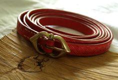 roter Gürtel mit Rautenpunzierung - red belt with diamont hallmark