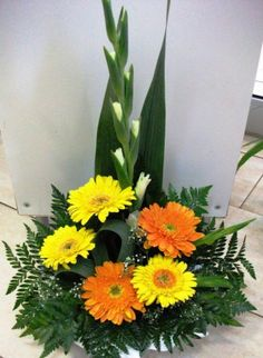 Arranjo cemitério com Gerberas Tropical Flower Arrangements, Modern Floral Arrangements, Church Flower Arrangements, Church Flowers, Beautiful Flower Arrangements, Funeral Flowers, Floral Centerpieces, Tropical Flowers, Arte Floral