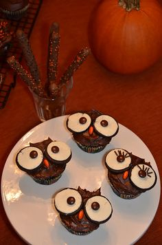 oh so cute owl cupcakes. my kind of halloween decor. No scary guys for me