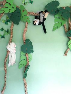 Jungle kinderkamer | Allemaal toffe tips, ideeën en voorbeelden voor een junglekamer Jungle Theme Classroom, Jungle Theme Birthday, Safari Theme, Classroom Decor, Jungle Theme Parties, Deco Jungle, Jungle Jungle, Green Tablecloth, Paper Tablecloth