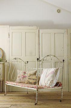 アンティーク アイアンベビーベッド (フレンチシャビー) French Vintage Folding Baby Bed Cast Iron Beds, Bench With Storage, French Vintage, Toddler Bed, Chair, Antiques, Benches, House, Romantic