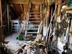Unaufgeräumte alte Werkstatt in einer alten Scheune in Rudersau bei Rottenburg im Allgäu