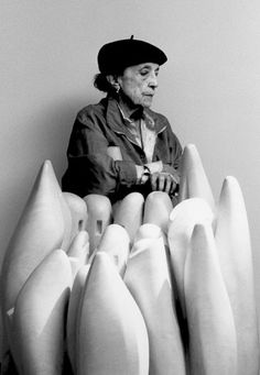 Louise Bourgeois in 1990, behind her marble sculpture Eye to Eye (1970) Photo by Raimon Ramis