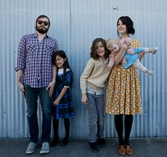 I like her dress and this hipster style family. Cute Family, Fall Family, Family Goals, Beautiful Family, Urban Family Pictures, Family Photos, Modern Family, Family Posing, Family Portraits
