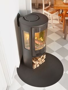 Available in black and with a moern glass … Wood burning stove Contura 556 Style. Available in black and with a moern glass door. Corner Log Burner, Small Log Burner, Modern Log Burners, Wood Burning Stove Corner, Corner Stove, Log Burning Stoves, Wood Stove Modern, Wood Burner Fireplace, Fireplace Hearth
